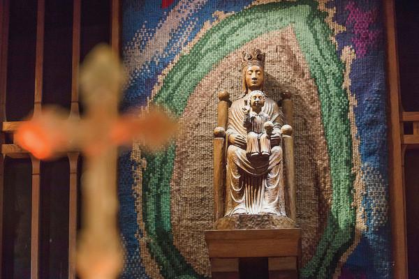 Statuia-Notre-Dame-de-Sous-Terre-este-o-copie-a-celei-din-Evul-Mediu.Se-poate-vedea-ca-Fecioara-are-ochii-inchisi.